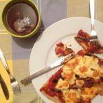 Pizza de casa cu rosii, ciuperci, masline si mozarella
